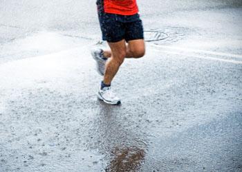 Courir sous la pluie : nos conseils pour s'équiper